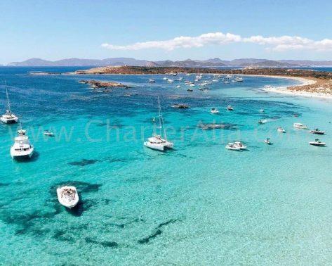 Idilica imagen del Lagoon 380 junto a otros barcos de motor en el sur de Ibiza