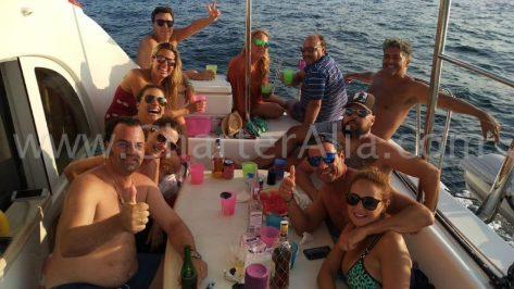 La terraza de popa del catamarán Lagoon 380 de 2019 tiene espacio de sobra para todos nuestros pasajeros