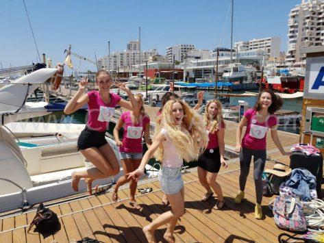 Llegada de la novia y sus damas de honor en la despedida de soltera en Ibiza