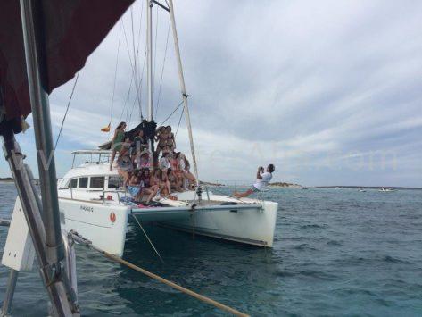 Los grupos grandes se pueden juntar en uno de nuestros seis catamaranes Lagoon 380 y el patrón estará encantado de inmortalizar el momento