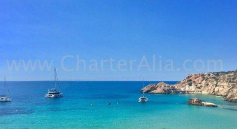 Nuestro catamaran Lagoon 380 de 2019 fondeado en Cala Tarida, al oeste de la isla de Ibiza
