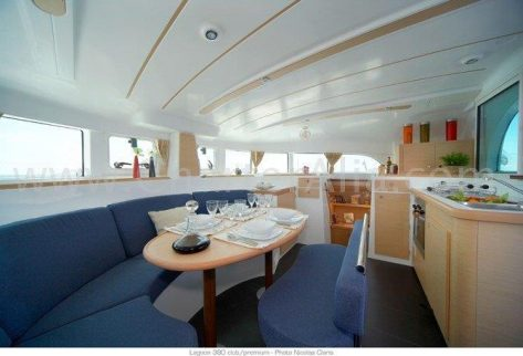 Salon interior del catamaran Lagoon 380 de 2019 con cocina integrada