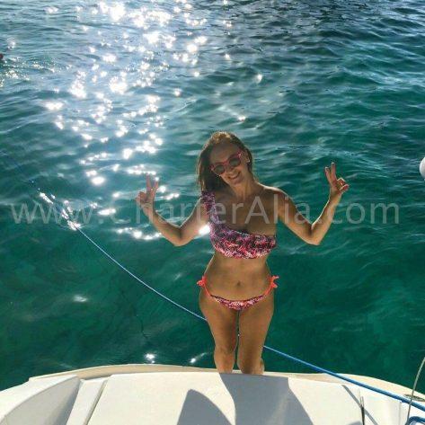 Una de nuestras clientes preparada para darse un chapuzón desde el catamaran Lagoon 380