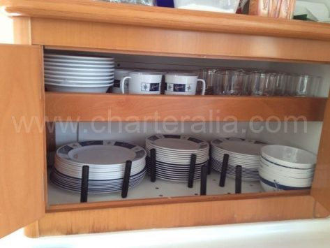 Vasos platos tazas y todo tipo de menaje incluido en el catamaran Lagoon 380 de 2019 para alquiler en Baleares