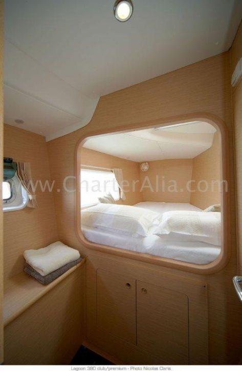 uno de los dos camarotes de proa del catamaran Lagoon 380 de 2019