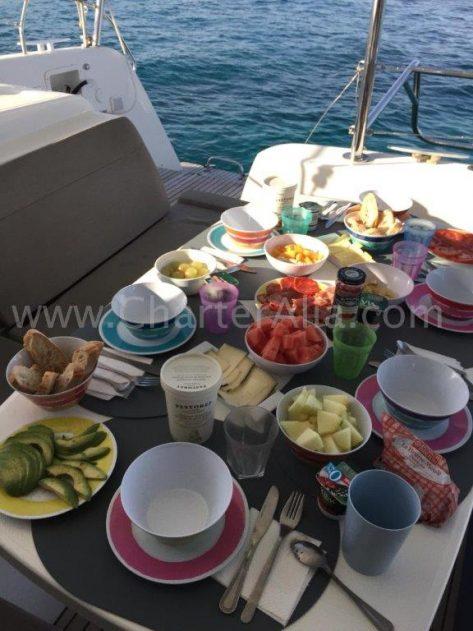 Contratar azafata cocinera en barco Ibiza de charter