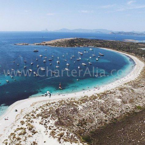 La bahía Sur de Espalmador repleta de barcos de chárter en Formentera