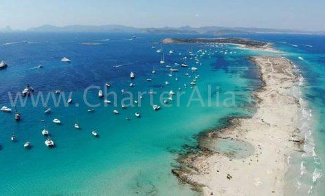 La zona norte de Formentera acoge a miles de embarcaciones fondeadas en sus aguas cristalinas