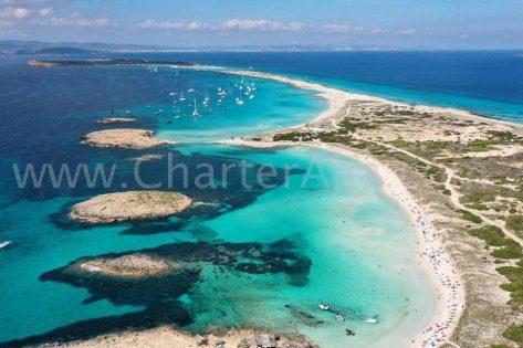 Las pequeñas islas frente a la costa norte de Formentera son las que dan el nombre a la famosa playa de Illetas