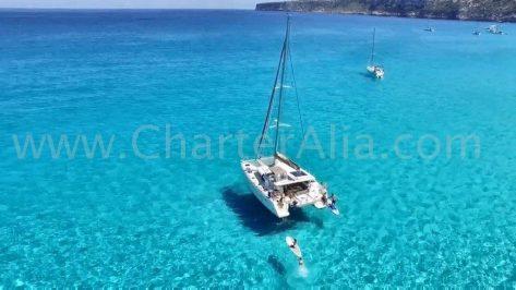 Nuestro catamarán de alquiler fondeado en Es Calo De San Agustín, al Sur de Formentera