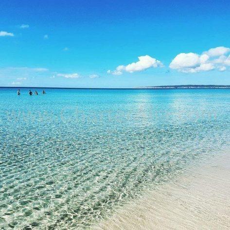 Un día de clama en la playa de Migjorn al sur de Formentera
