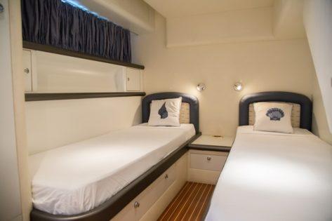 Cabina con camas individuales en el yate Alfamarine 60 para alquiler en Ibiza