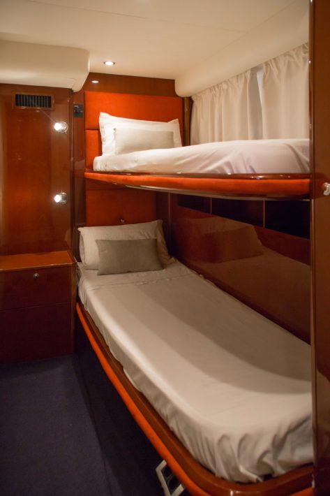 Cabina con literas en el yate para alquiler en Ibiza Princess V58