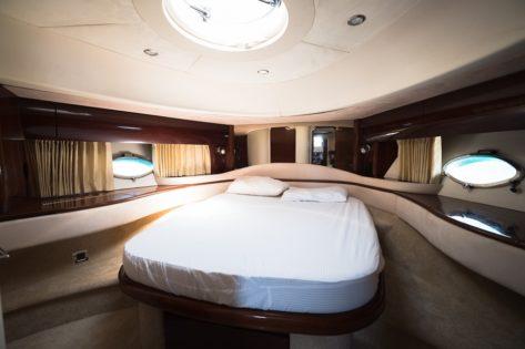 Cabina principal en el yate de alquiler Princess V65