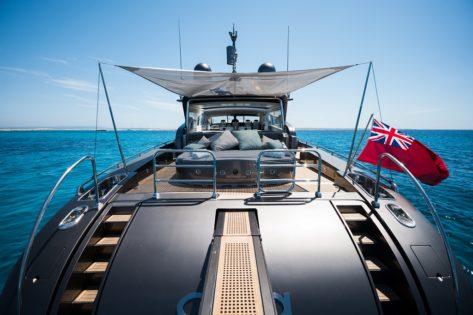 Cubierta de popa en el yate Leopard 90 para alquiler en Ibiza y Formentera