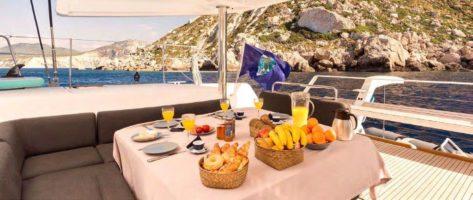 Desayuno preparado por el cocinero del catamaran de lujo Ibiza