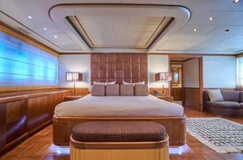 El Mangusta 130 tiene una increible cabina doble principal con cama kingsize y bano propio
