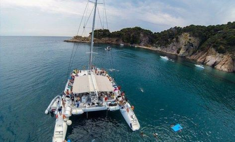 Imagen aerea del catamaran para 100 personas disponible para charter en Ibiza
