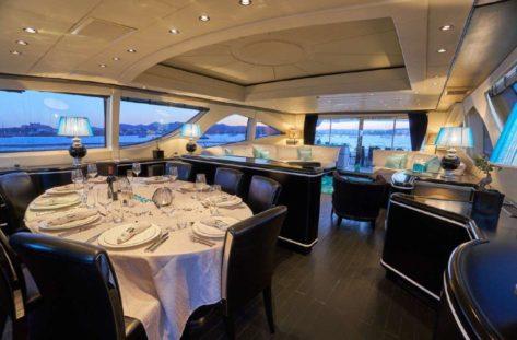 Mesa en el comedor interior del megayate Mangusta de 130 pies