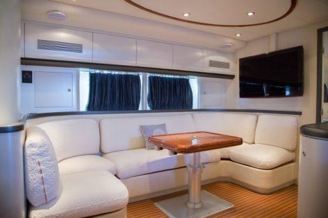 Sala de estar dentro del lujoso yate de alquiler Alfamarine 60