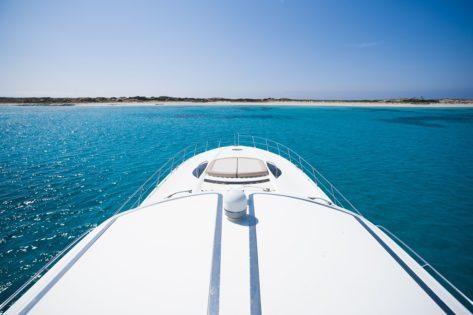 Sunseeker Predator 75 Ibiza Formentera tumbona proa
