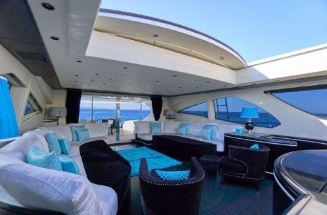 Techo retraible en la cubierta principal del megayate de lujo Mangusta 130