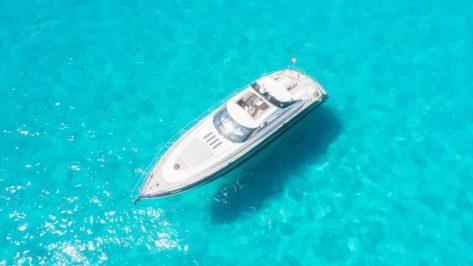 Vista aerea del yate Princess V65 en Ibiza y Formentera