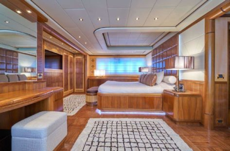 Vista lateral de la cabina doble del Mangusta 130 megayate de lujo