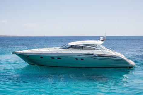 Vista lateral del Princess V58 para alquiler en Formentera