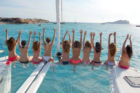 En esta imagen se puede apreciar los casi 9 metros de anchura del catamaran Lagoon 400 que ofrecemos para alquilar en Ibiza y Formentera