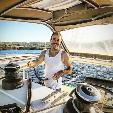 Jose Navas el fundador de CharterAlia feliz de navegar en el catamaran Lagoon 400