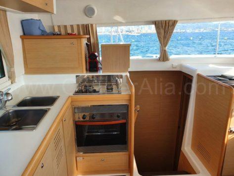 La cocina del catamaran Lagoon 420 esta completamente equipada Como si estuviéramos en casa