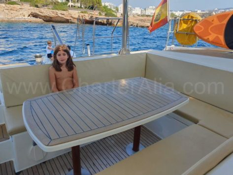 La mesa de comedor exterior de la terraza de popa Los sofás también están recién tapizados Lagoon 420