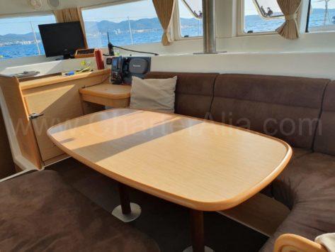La tapicería de los sofas del salón es nueva en el catamaran de alquiler en Ibiza Lagoon 420