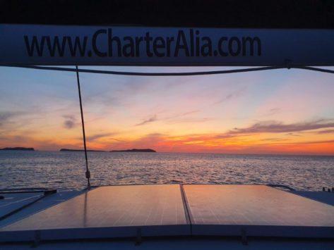 Las placas solares proporcionan energia al catamaran Lagoon 400 hasta la puesta de sol