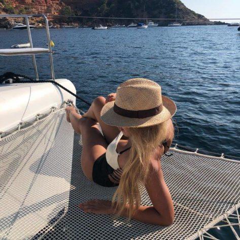 Las redes frontales del catamarán Lagoon 420 son ideales para siestas