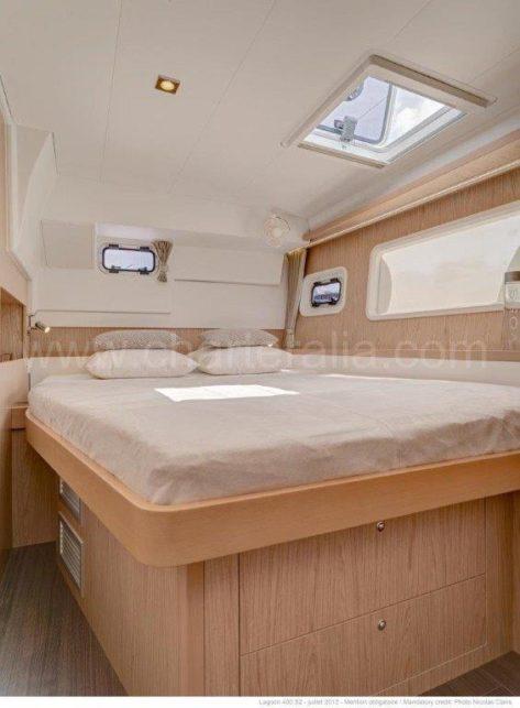 Uno de los dos camarotes dobles en popa del catamaran Lagoon 400 para alquilar en Ibiza y Formentera