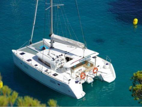 Vista cenital del catamaran Lagoon 400 fondeado en Ibiza