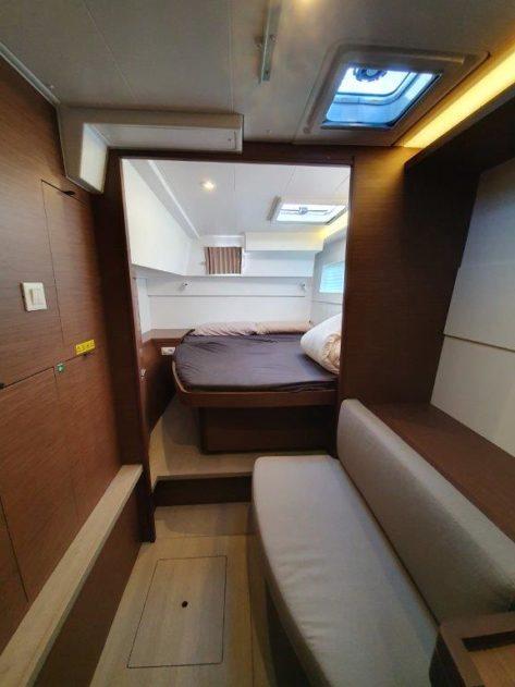 VIP-cabin-Lagoon-40-CharterAlia con sofa